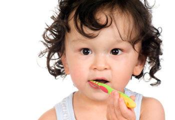 Die richtige Zahnpflege auch zu Hause? So einfach informieren Sie die Eltern richtig