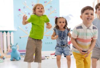 Diese 2 bewährten Tanzspiele machen Spaß und fördern die Koordination der Kinder