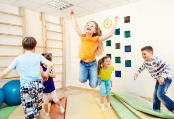 """Mit dem Mattenspiel """"Inselhüpfel"""" stärken Sie die Koordination und Körperwahrnehmung der Kinder"""