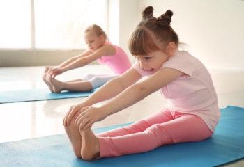 Stretching für Kinder sorgt für entspannte Muskeln und beugt Sehnenverkürzungen vor