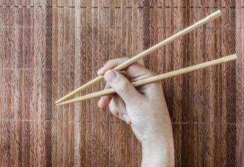 Dieses chinesische Stäbchenspiel fördert die Feinmotorik und die Zusammenarbeit